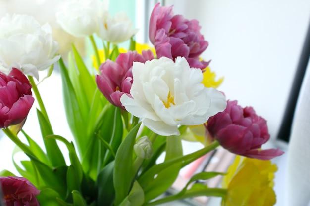 Bouquet de belles tulipes à l'intérieur de la maison.