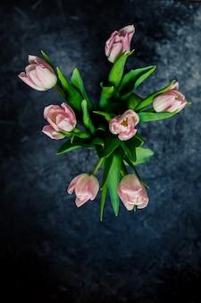 Bouquet de belles tulipes de pâques isolé sur fond sombre