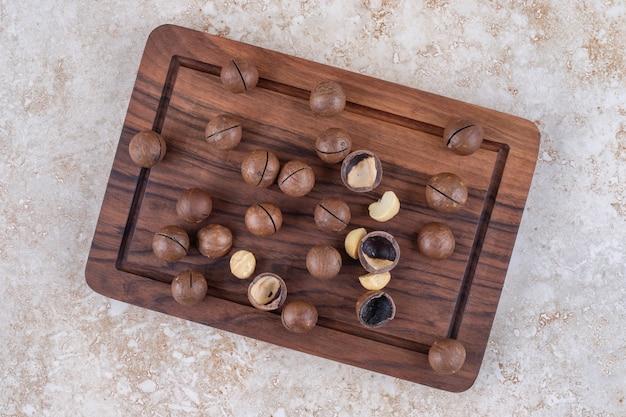 Bouquet de bonbons au chocolat sur planche de bois