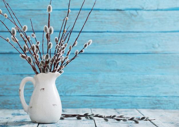 Bouquet de branches de saule sur un fond en bois