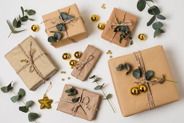 Bouquet de cadeaux emballés sur la table