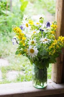 Bouquet à la camomille dans le jardin
