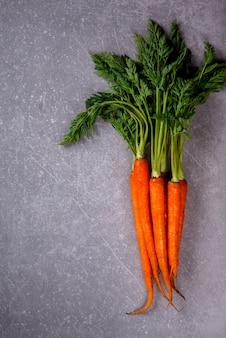 Bouquet de carottes fraîches aux feuilles vertes