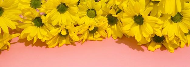 Bouquet de chrysanthème jaune, bannière panoramique