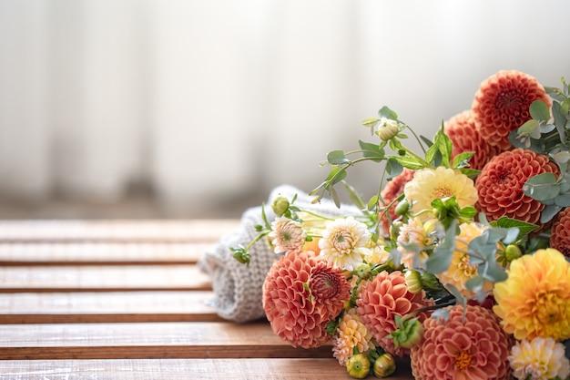 Un bouquet de chrysanthèmes jaunes et oranges sur un arrière-plan flou