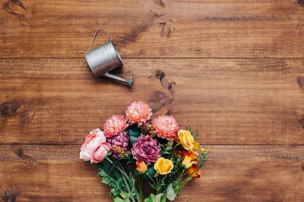 Bouquet coloré avec arrosoir