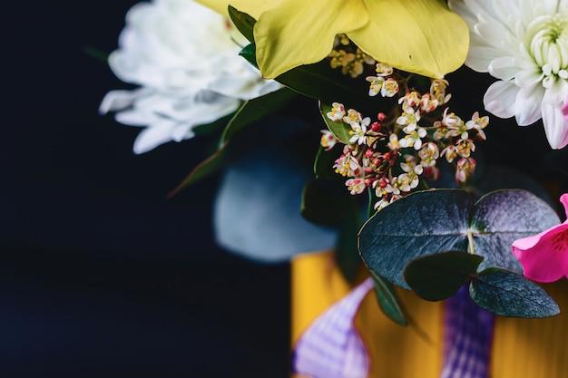 Bouquet coloré dans le panier sur fond sombre