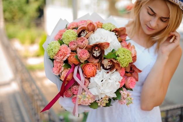 Bouquet coloré entre les mains de la mariée