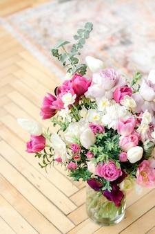 Bouquet coloré de fleurs dans un vase