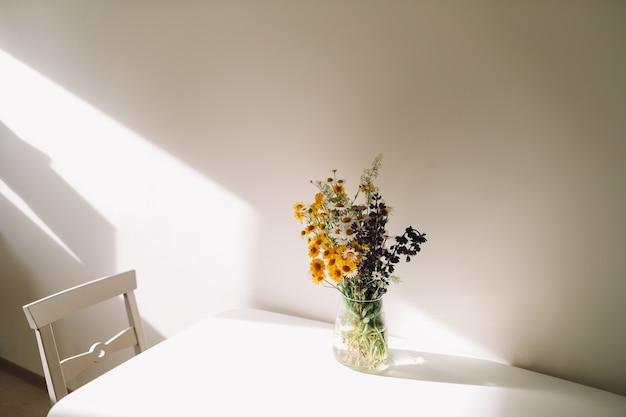Bouquet coloré de fleurs sauvages au milieu de l'été
