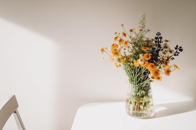 Bouquet coloré de fleurs sauvages dans un vase sur la table