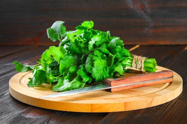Bouquet de coriandre fraîche sur les planches, des herbes fraîches sur la table en bois.