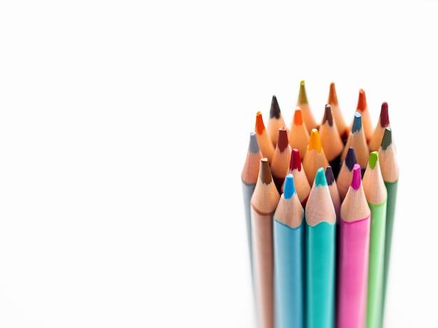 Bouquet de crayons colorés sur blanc.