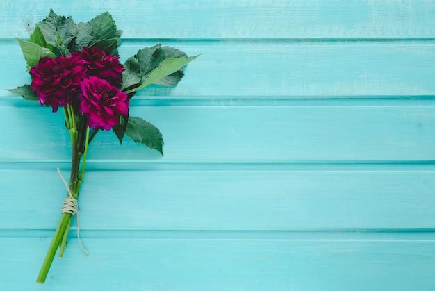 Bouquet de dahlias rouges. espace à copier.