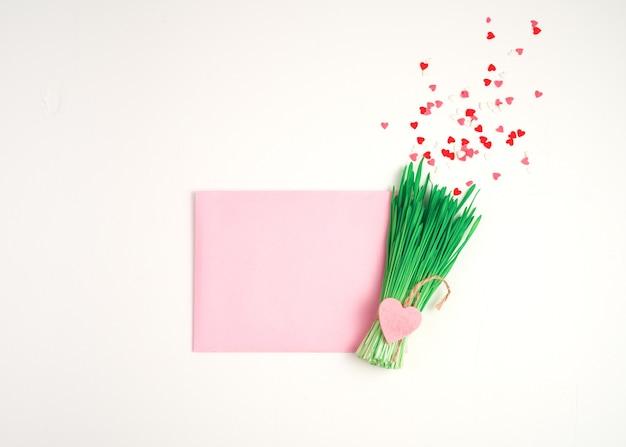 Bouquet décoratif avec un cœur et une enveloppe sur fond clair.