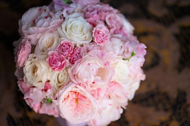 Bouquet délicat de roses blanches et roses. composition de fleurs pour l'intérieur et cadeau à une femme.