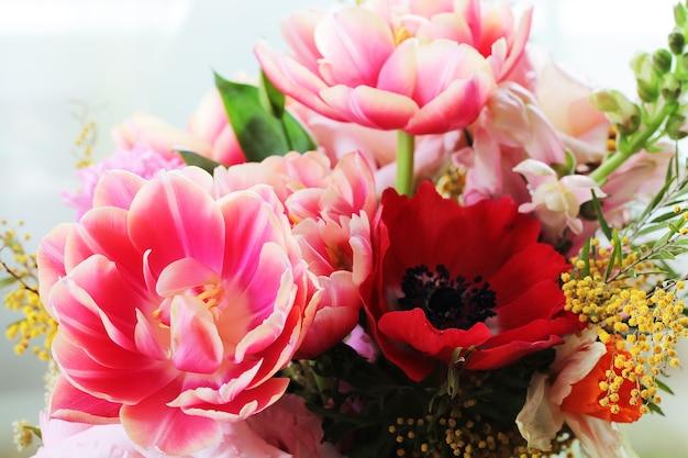 Bouquet de différentes fleurs dont des tulipes et du mimosa