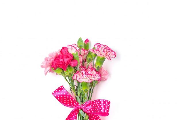 Bouquet de différentes fleurs d'oeillets roses isolés