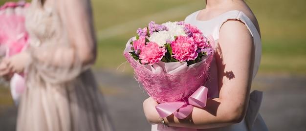 Bouquet edding dans les mains de la mariée