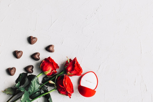 Bouquet entre bonbons et boîte à bagues