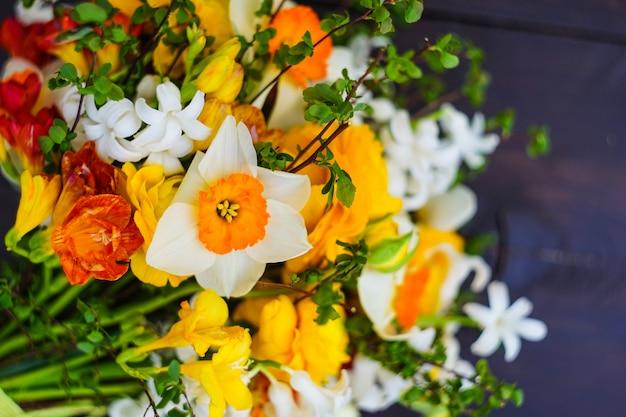Bouquet d'été avec des fleurs jaunes et blanches vives