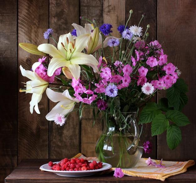 Bouquet d'été de lys, phlox et bleuets dans une cruche