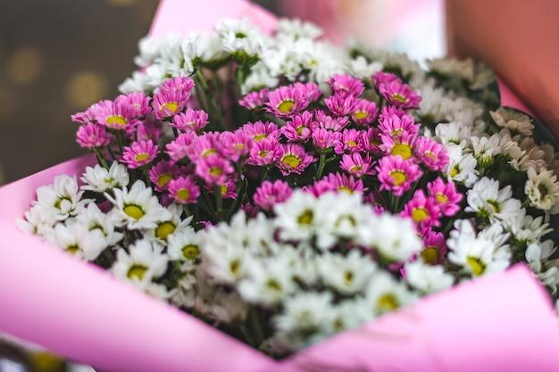 Bouquet de feolet et fleurs blanches