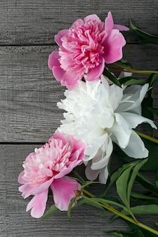 Un bouquet de fleur de pivoine en fleurs rose et blanc
