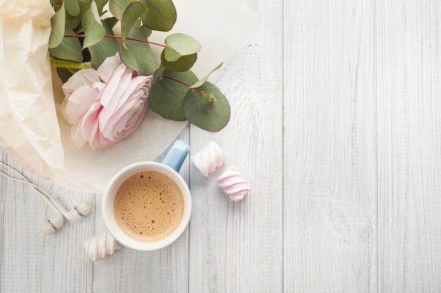 Bouquet, fleur, tasse de café, écouteurs.