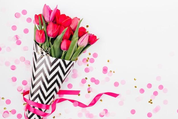 Bouquet de fleur de tulipe printanière et de confettis. mise à plat, vue de dessus