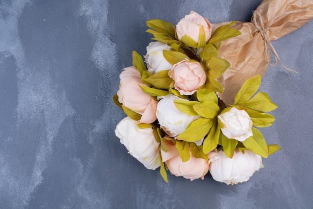 Bouquet de fleurs artificielles sur bleu.