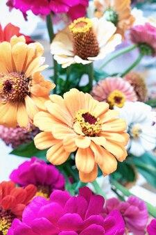 Bouquet de fleurs d'automne avec des zinnias pour fond floral d'automne