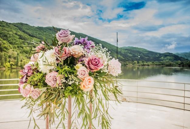 Bouquet de fleurs sur un beau fond dans la nature