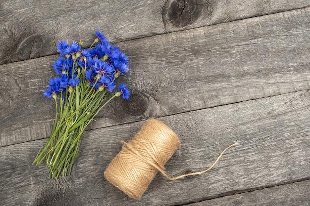 Bouquet de fleurs de bleuets bleus et une ficelle boule