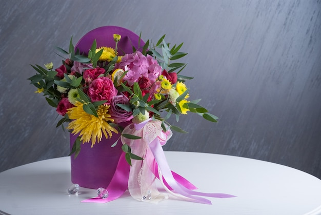 Bouquet de fleurs en boîte. non tonique avec une couleur naturelle. fleurs colorées