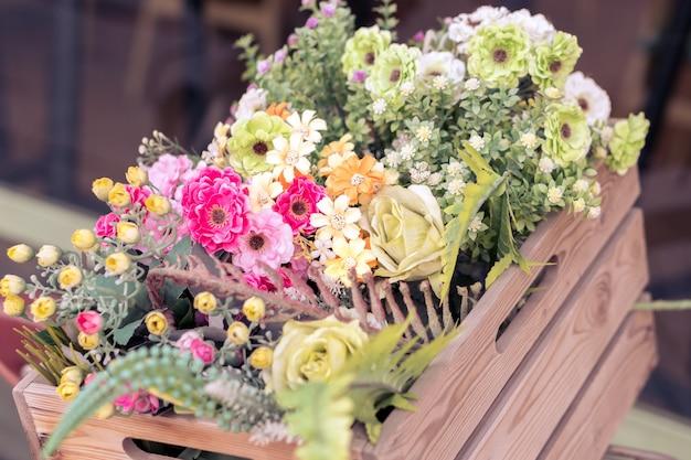 Bouquet de fleurs colorées dans le panier en bois