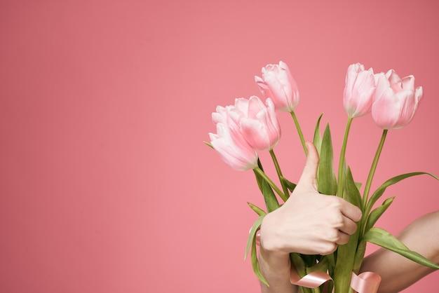 Bouquet de fleurs comme mur rose de vacances de cadeau.