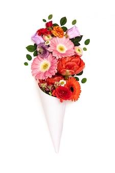 Bouquet de fleurs en cône de papier sur blanc