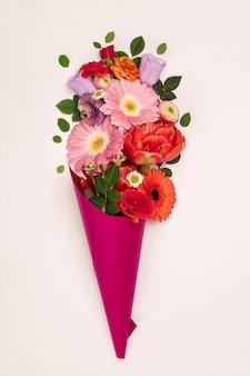 Bouquet de fleurs en cône de papier