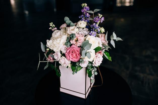 Bouquet de fleurs dans une boîte festive