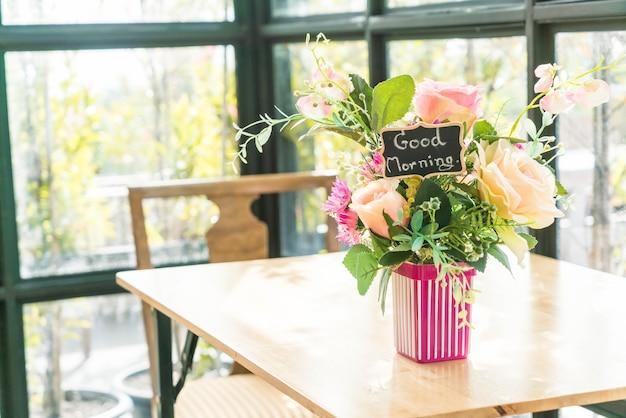 Bouquet de fleurs dans la décoration de vase sur la table