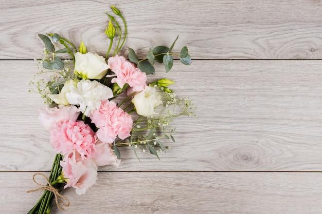 Bouquet de fleurs dans l'espace de copie