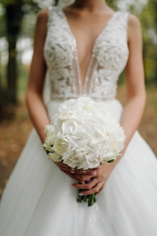 Bouquet de fleurs dans les mains de la mariée
