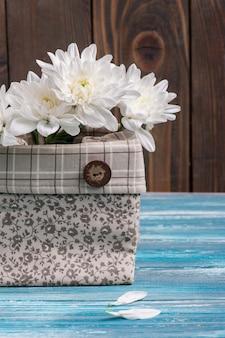 Bouquet de fleurs dans un sac en lin brut