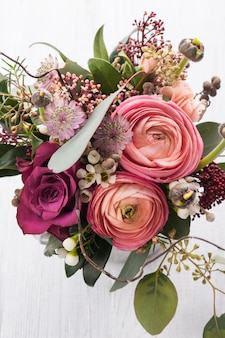 Bouquet de fleurs dans une tasse en étain