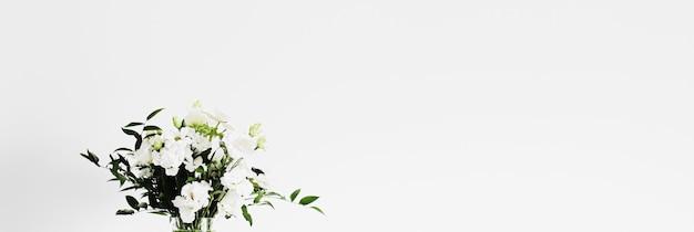Bouquet de fleurs dans un vase et détails de décoration intérieure de luxe en gros plan