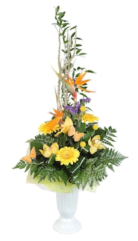 Bouquet de fleurs dans un vase en plastique, marguerites gerbera jaunes et orchidées jaune pâle, décorées de fougères, isolées sur fond blanc.