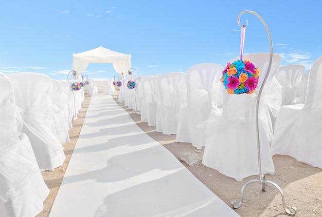 Bouquet de fleurs sur des décorations pour un mariage. fermer.