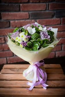 Bouquet de fleurs délicates fraîches sur fond blanc mariage saint valentin