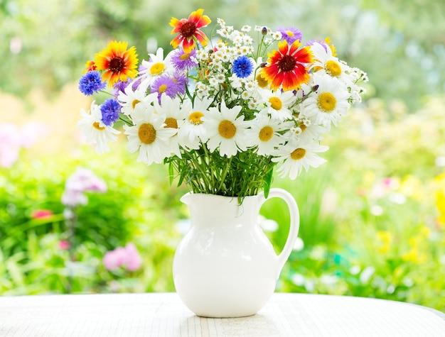 Bouquet de fleurs d'été dans un pot